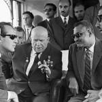 رئيس الجمهورية العربية المتحدة جمال عبد الناصر يتبادل أطراف الحديث مع سكرتير الحزب الشيوعي السوفيتي نيكيتا خروشوف أثناء زيارة رسمية إلى القاهرة في 14 مايو/أيار 1964.