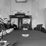 مارشال الاتحاد السوفيتي أندريه غريتشكو مع القائد العام للقوات البحرية في الجمهورية العربية المتحدة الأميرال سليمان عزت في 18 مايو/أيار 1966.
