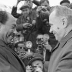 رئيس مجلس وزراء الاتحاد السوفيتي ألكسيه كوسيغين يقدم التحية لرئيس جمهورية مصر العربية خلال استقبال الرئيس المصري أنور السادات في موسكو في 27 ابريل/نيسان 1971.