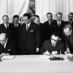وزير الخارجية السوفيتي أندريه غروميكو ونائب رئيس وزراء جمهورية مصر العربية محمود رياض اثناء توقيع بروتوكول تصديق الوثائق في 1 يوليو/تموز 1971.