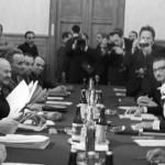 السكرتير العام للحزب الشيوعي السوفيتي ليونيد بريجنيف والرئيس المصري أنور السادات خلال مباحثات في 27 ابريل/نيسان 1971.