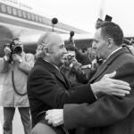 وزير الخارجية السوفيتي أندريه غروميكو يستقبل نظيره المصري اسماعيل فهمي في زيارة رسمية وودية قام بها الوزير المصري إلى موسكو 19 ابريل/نيسان 1975.