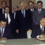 زيارة الرئيس المصري حسني مبارك الرسمية للاتحاد السوفيتي. الرئيس المصري ونظيره السوفيتي ميخائيل غورباتشوف يوقعان إعلانا مشتركا في 15 مايو 1990.