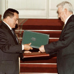 الرئيسان الروسي بوريس يلتسن والمصري حسني مبارك يتبادلان الاتفاقيات عقب التوقيع في 23 سبتمبر 1997 في قاعة فلاديمير بالكرملين.