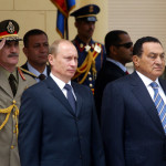 الرئيسان المصري حسني مبارك والروسي فلاديمير بوتين يستمعان إلى نشيدي بلديهما في القاهرة في 27 ابريل 2005.