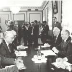 السكرتير العام للجنة المركزية للحزب الشيوعي السوفيتي ميخائيل جورباتشوف في جلسة مباحثات مع نائب رئيس الوزراء ووزير الخارجية المصري عصمت عبد المجيد بقاعة الإجتماعات بالكرملين - موسكو 20 مايو 1988