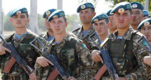 أفراد من القوات المسلحة الكازاخستانية