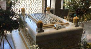 قبر الزعيم جمال عبد الناصر مُحاط بباقات الورود من  دول عربية شقيقة