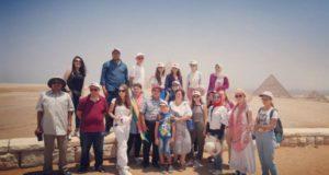 الطلاب الفائزون يستمتعون بجولة سياحية في منطقة الأهرامات